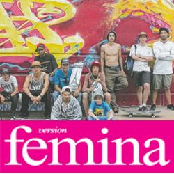 Jeunes ados devant un mur de tags