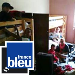 Enfants dans leur chambre de colonie de vacances