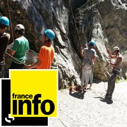 Enfants en colo en train de pratiquer l'escalade