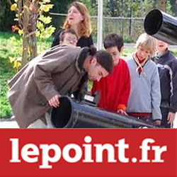 Enfants et professeurs qui observent le ciel depuis un téléscope