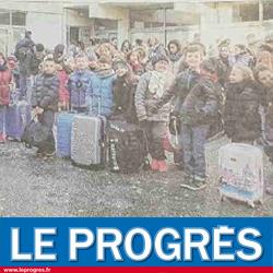 Groupe d'enfants avec leur valise en colonie de vacances