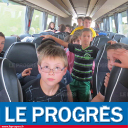 Enfants dans un bus en direction des colonies de vacances