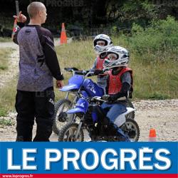 Jeunes enfants pratiquant la moto electrique