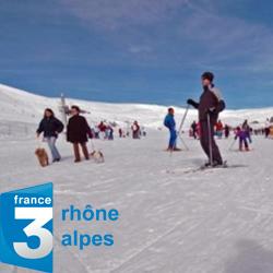 Personnes skiant sur les pistes