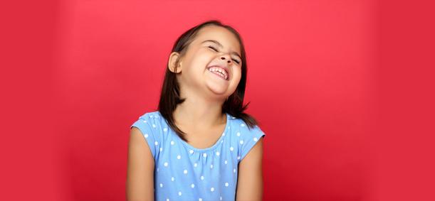 jeune fillette souriant en colonie e vacances pendant les vacances scolaires