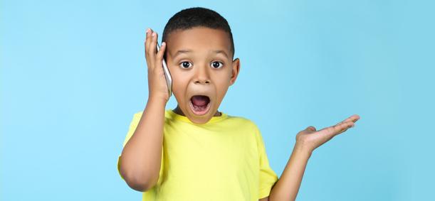 jeune garçon au téléphone avec ses parents en colonie de vacances