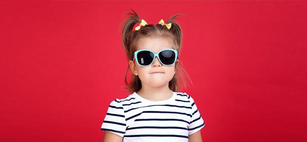 fillette portant des lunettes de soleil en colonie de vacances cet été