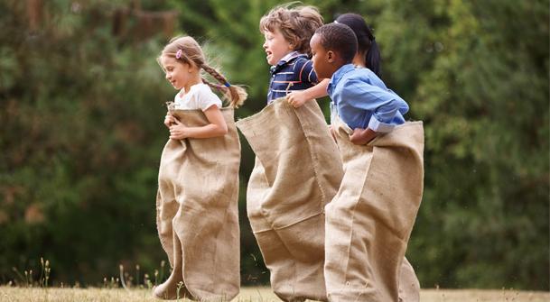 Enfants qui jouent à la course en sac
