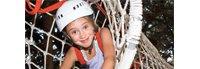 Petite fille dans un tunnel d'accrobranche