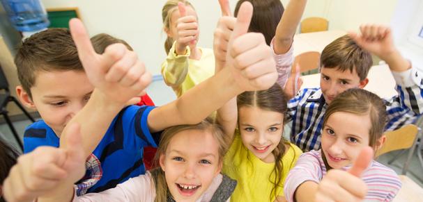 Groupe d'enfants heureux avec pouces en l'air