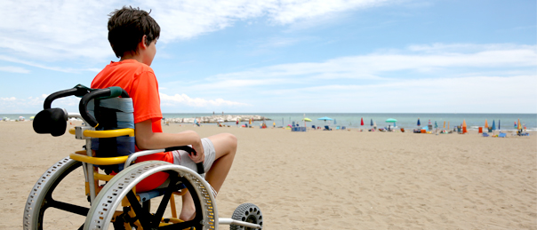 Enfant en situation de handicap à la plage