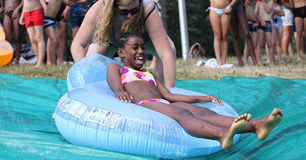 Fillette s'amusant dans les jeux d'eau en colonie de vacances