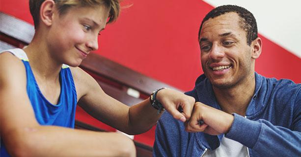 Enfant et son coach de basket ball en stage sportif