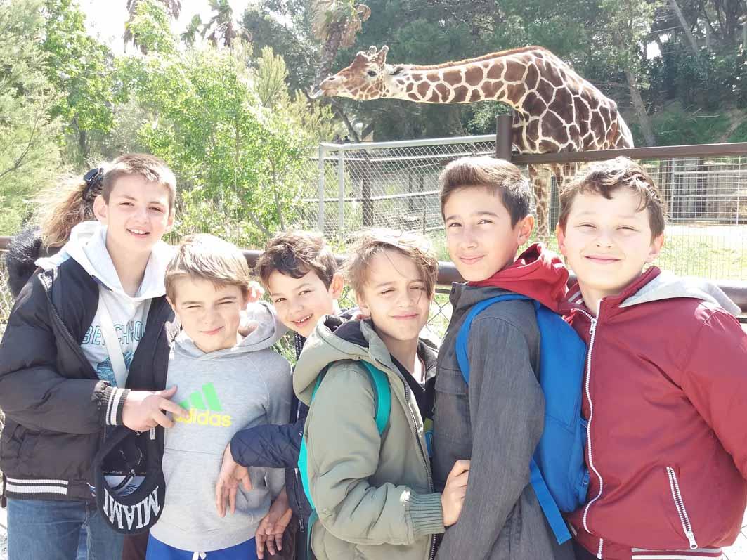 Groupe d'enfants en colonie de vacances multiactivités été