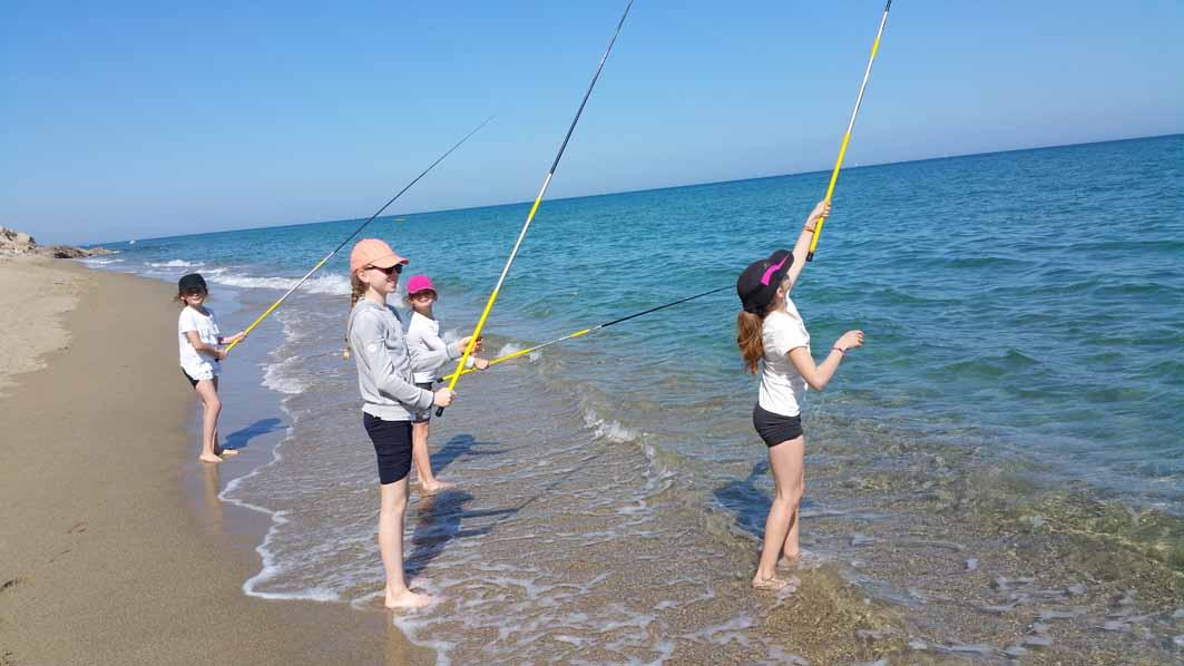 Enfants faisant de la pêche en colonie de vacances