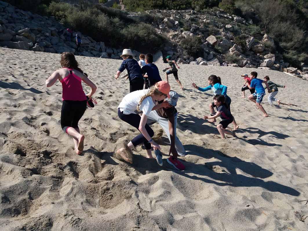 Enfants à la plage en colonie de vacances à la mer