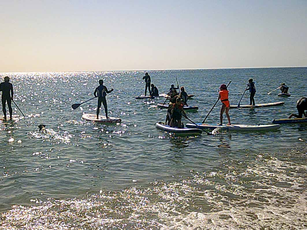Enfants faisant du paddle en colonie de vacances à la mer ete