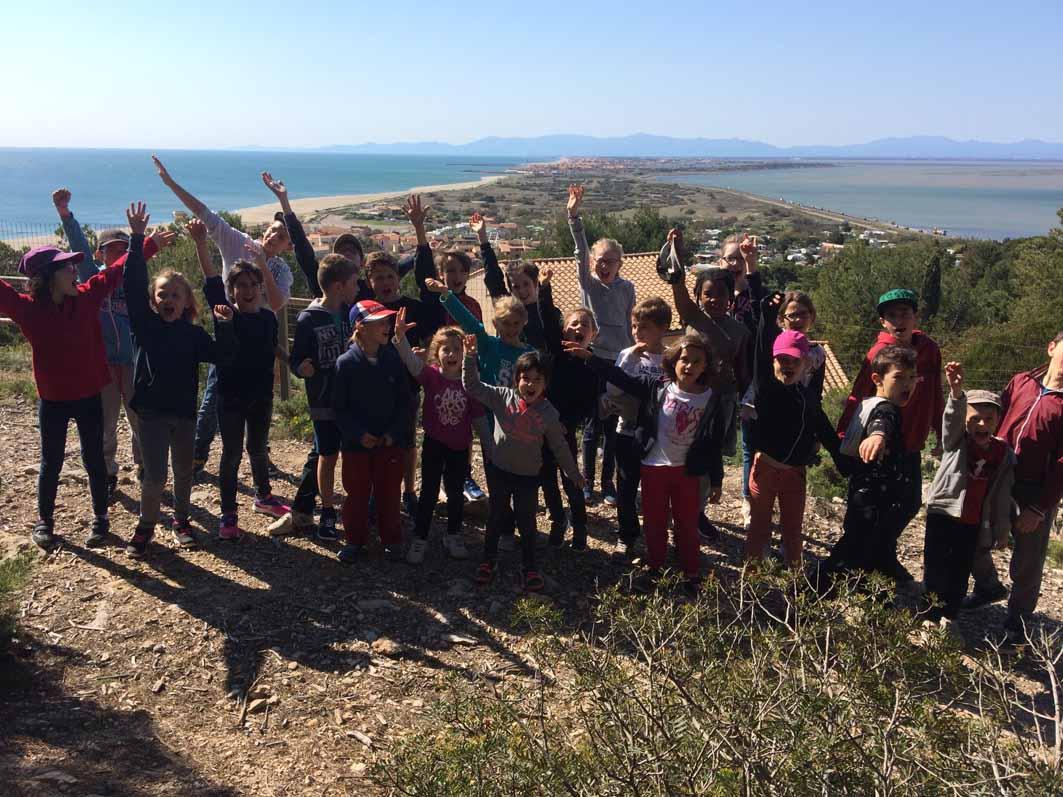 groupe d'enfants en randonnée en colonie de vacances à la mer cet été