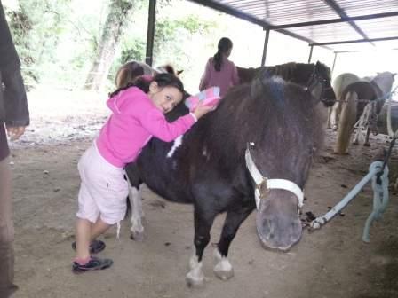 Enfant avec son poney en colonie de vacances