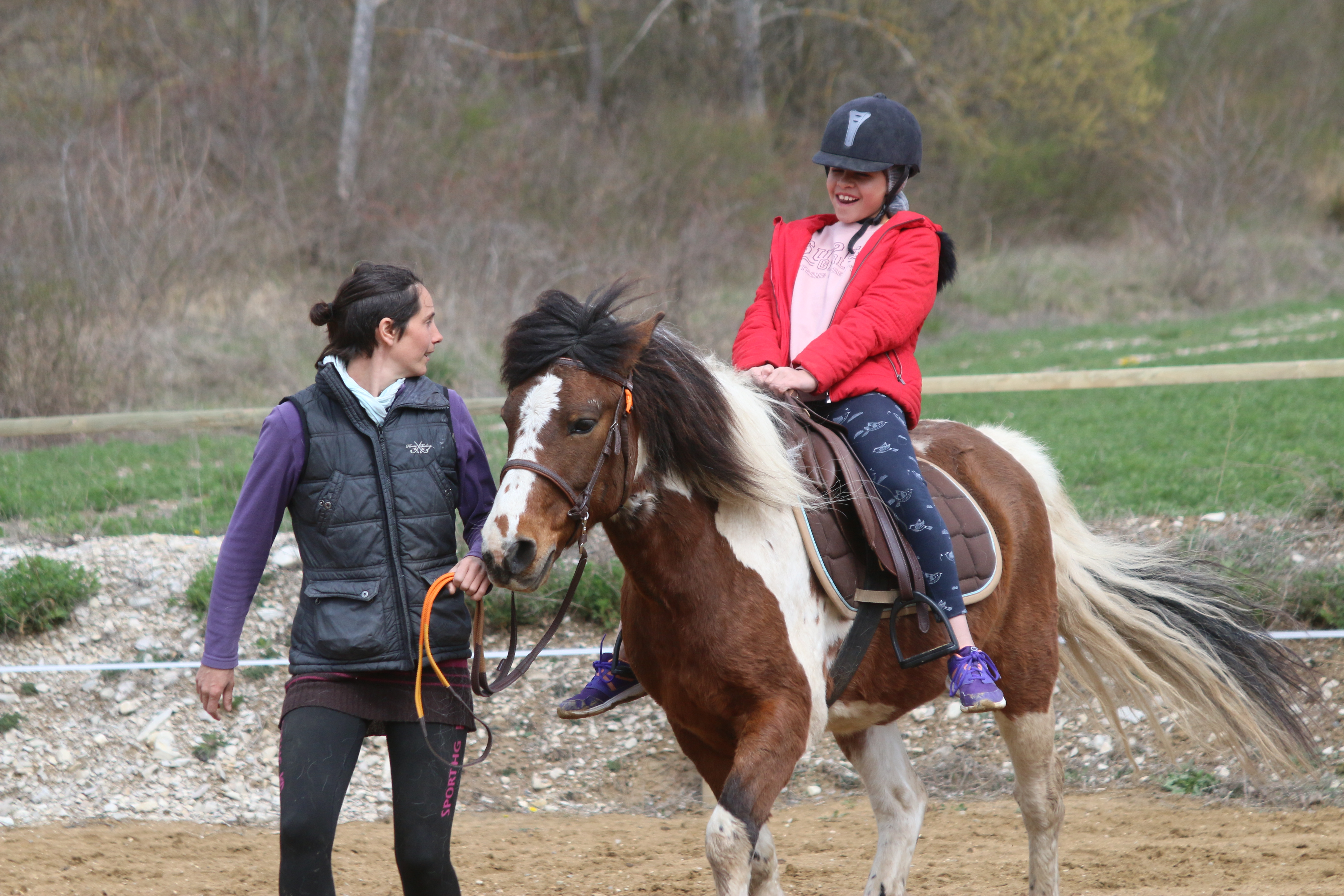 ados en colonie de vacances apprenant à monter à cheval