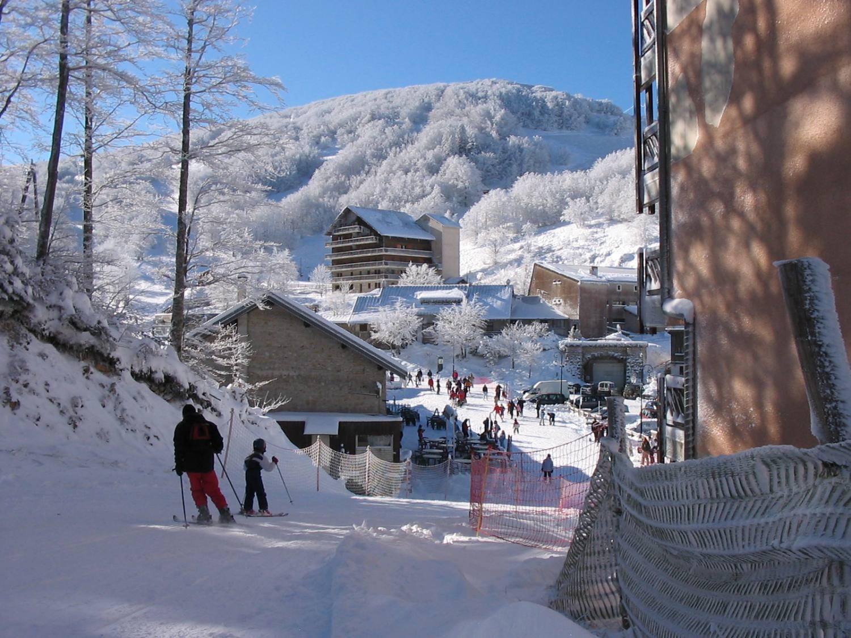 Enfants skiant sur le domaine skiable en colonie de vacances à la neige