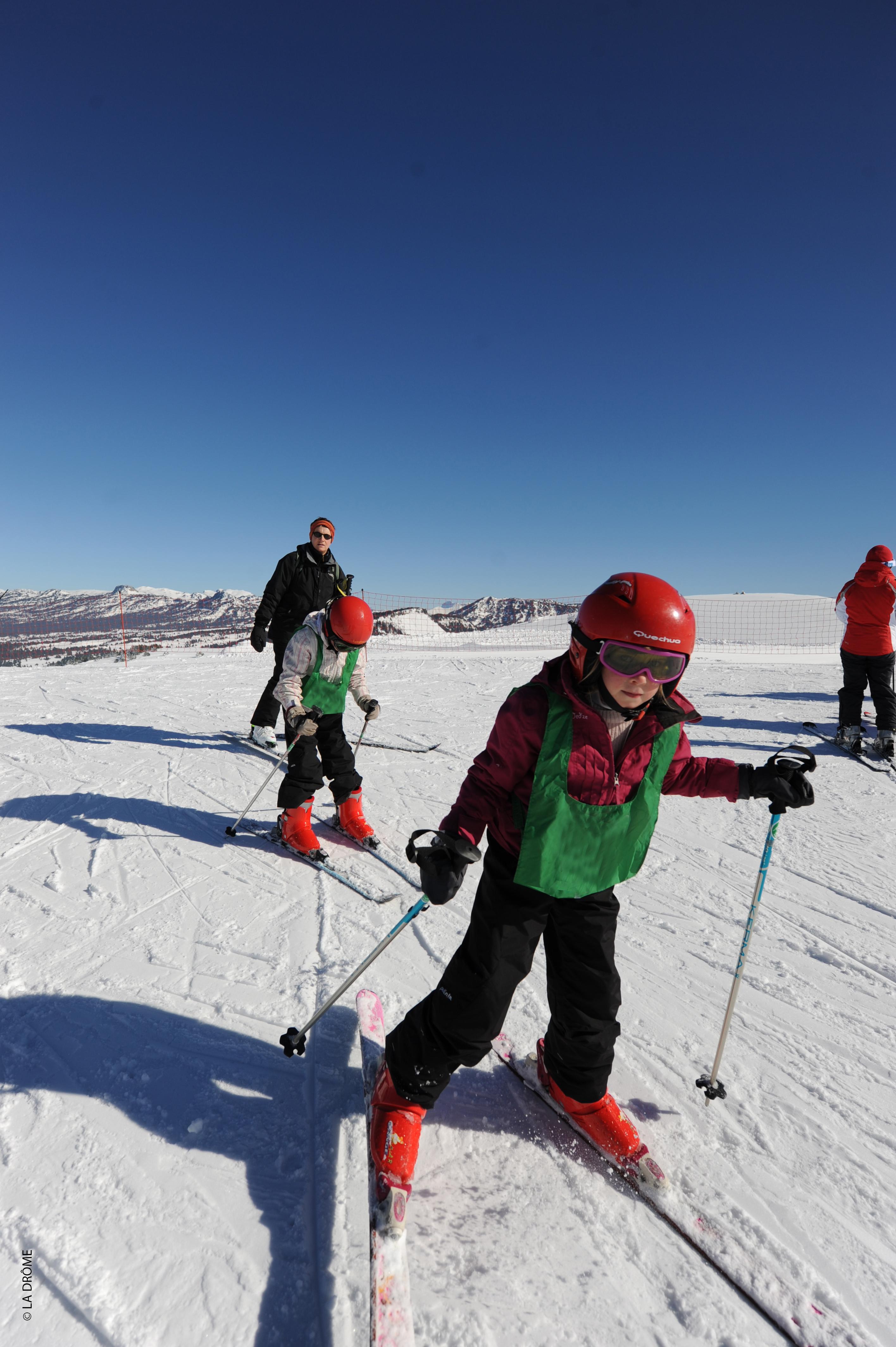 Enfant débutant apprenant à skier en colonie de vacances à la neige