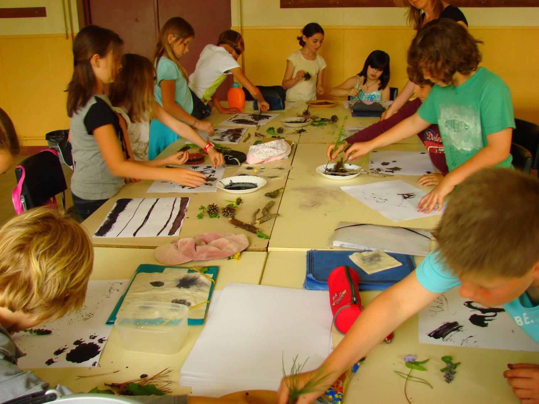 Groupe d'enfants en train de faire des activités manuelles