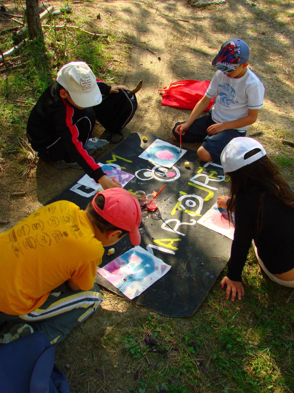 Enfants pratiquant les activités manuelles
