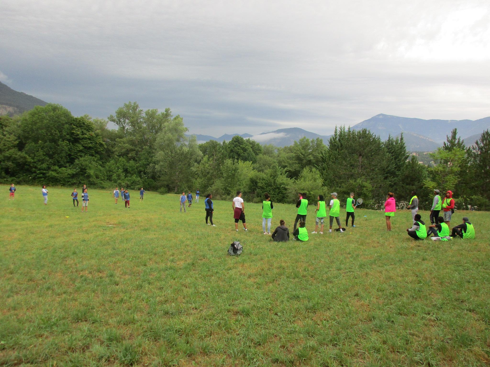 Enfants jouant aux sports collectifs en colonie de vacances