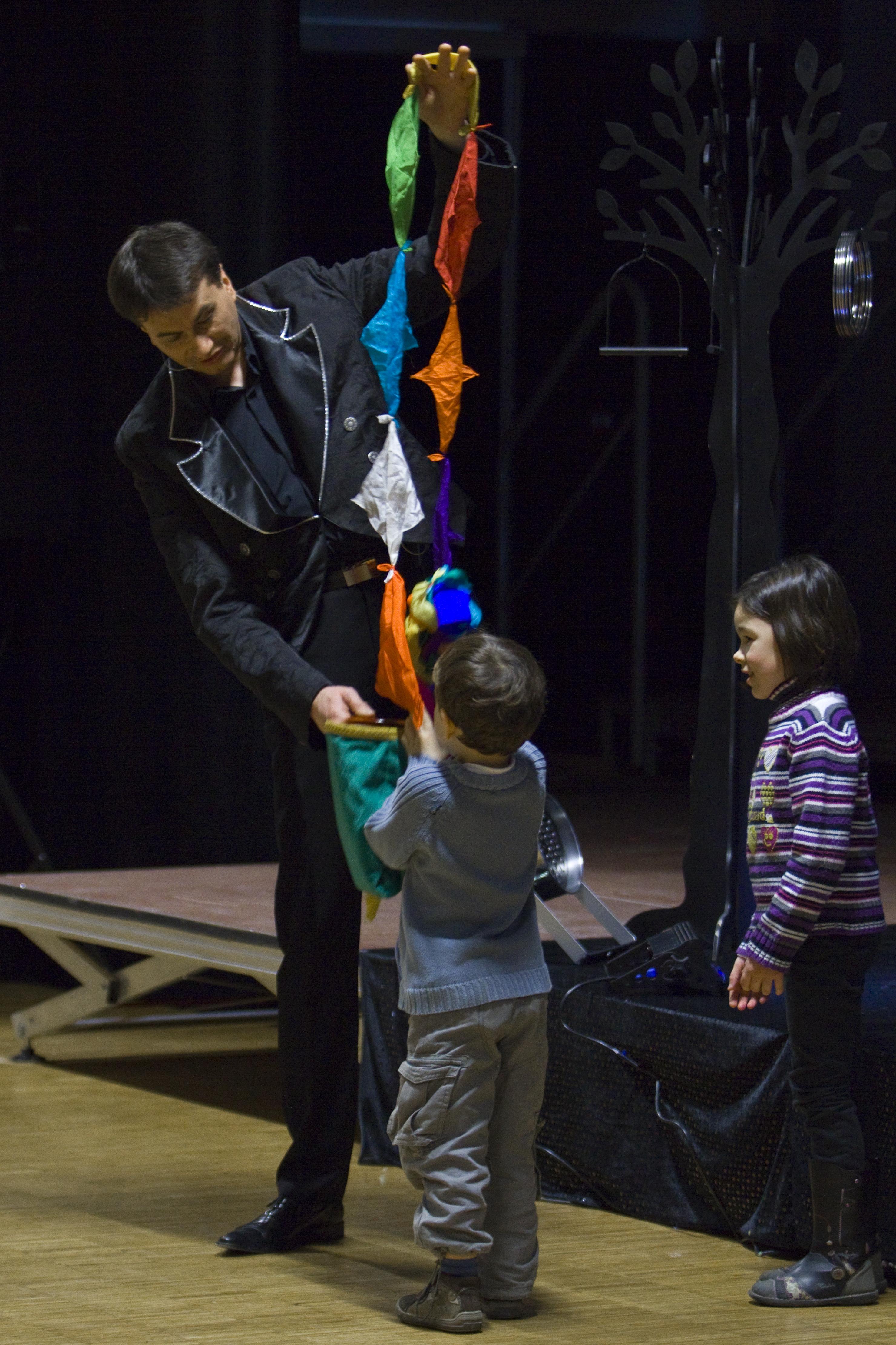 Enfants apprenant un tour de magie en colonie de vacances d'été