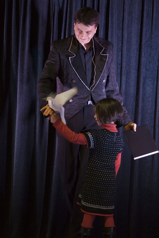 Magicien apprenant la magie à des enfants en colonie de vacances cet été
