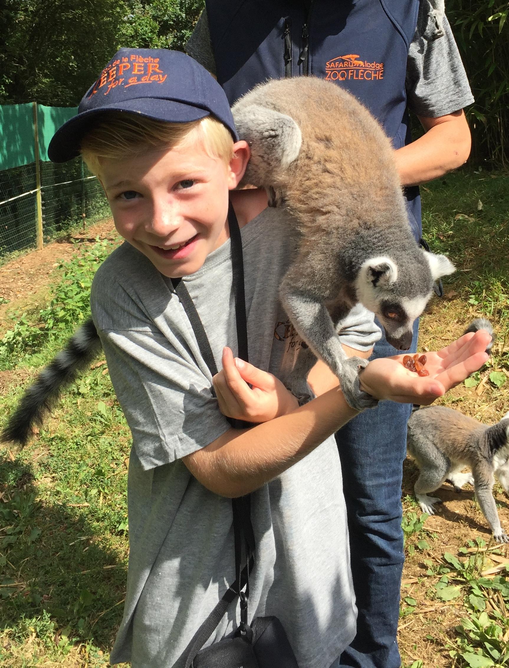 Enfant avec un lémurien en colonie