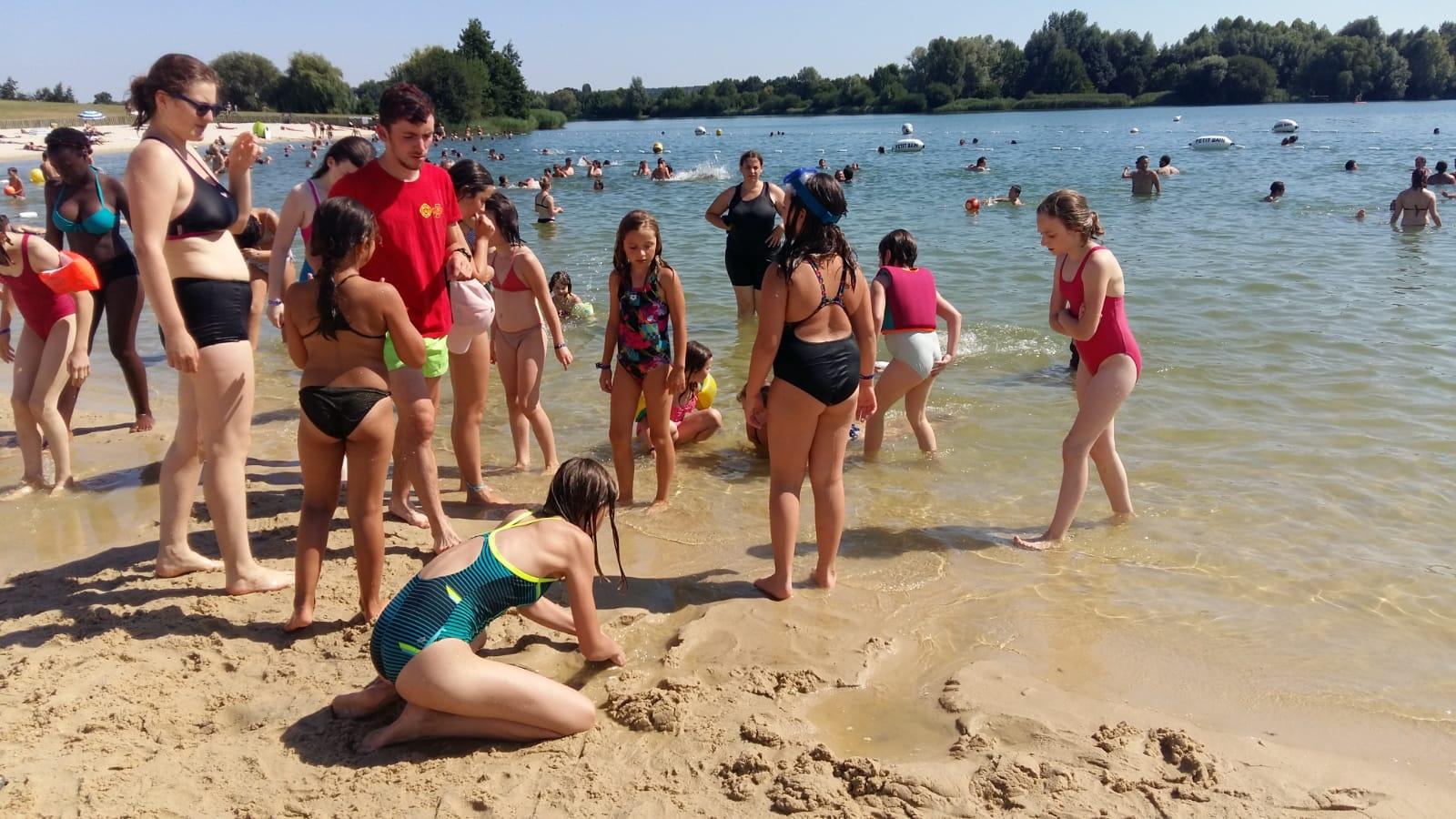 Groupe d'enfants au bord de l'eau du lac