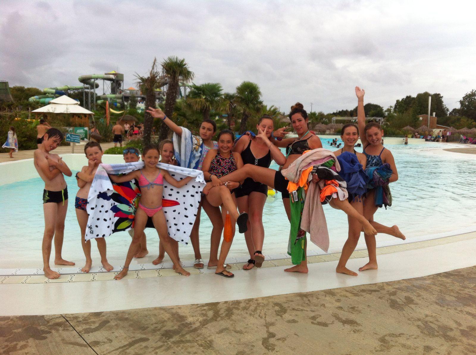 Groupe d'enfants au bord d'une piscine en colonie de vacances à la mer cet été