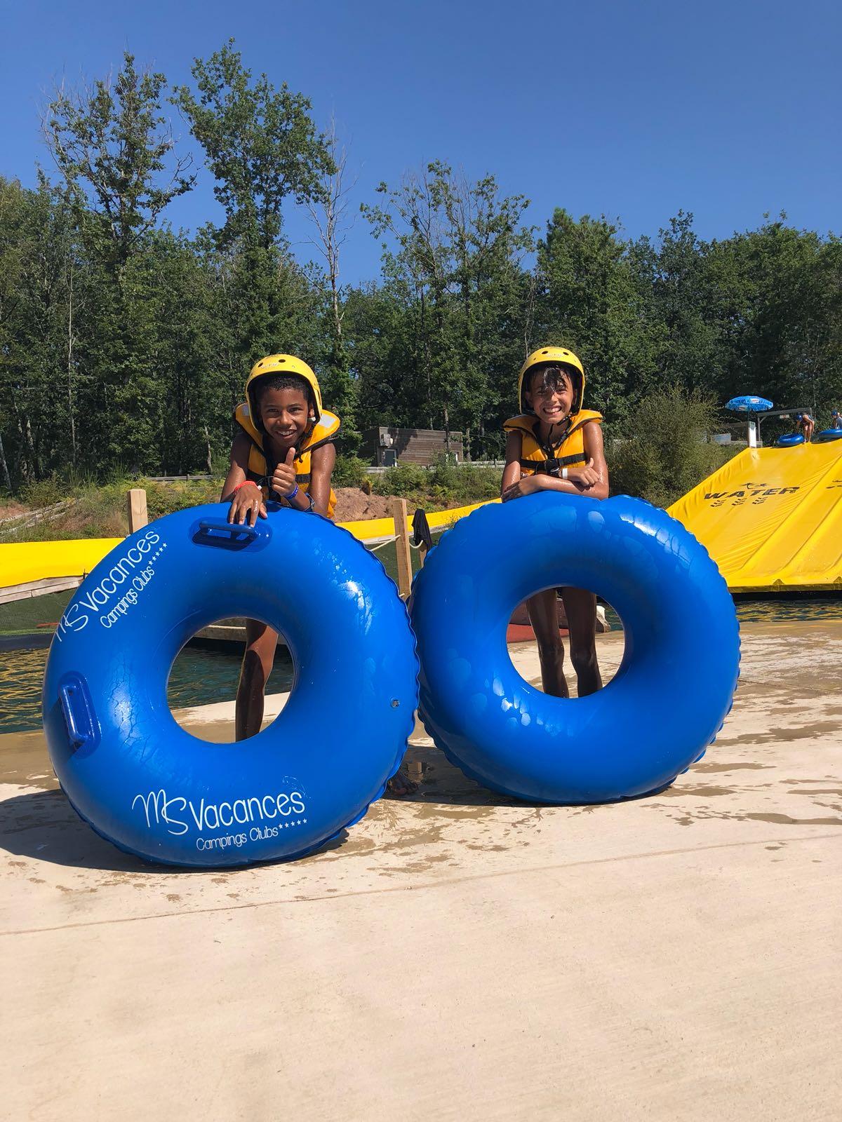 Deux enfants devant des bouées en colonie de vacances