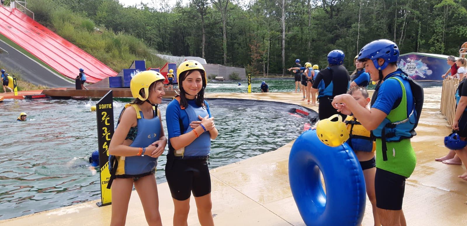 enfants devant une piscine en colonie de vacances