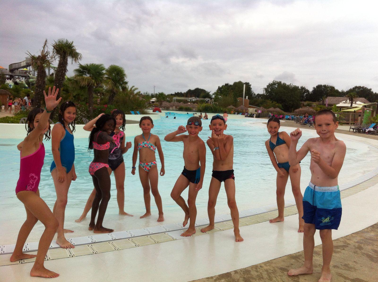 enfant au bord de la piscine en colonie de vacances