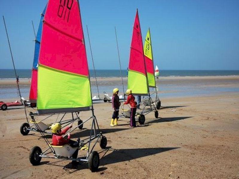 Groupe enfants en colonie à la mer