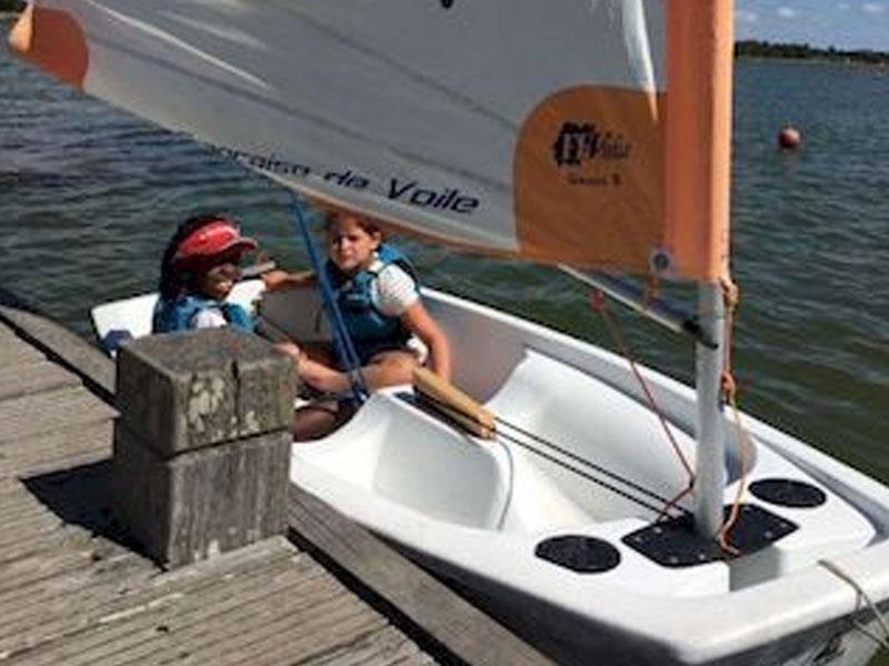 Enfants en colonie de vacances sur un bateau accosté