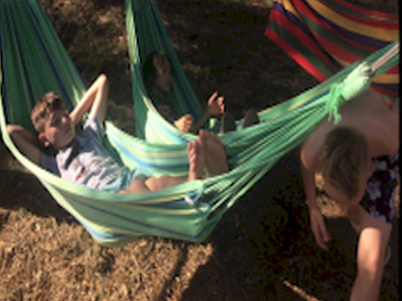 Enfant dans un hamac en colonie de vacances