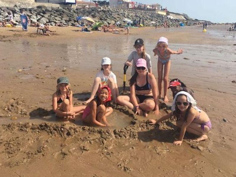 Enfnats sur la plage l'été en colonie de vacances