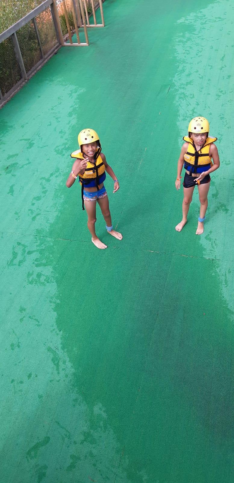 Deux enfants qui plongent en colonie de vacances