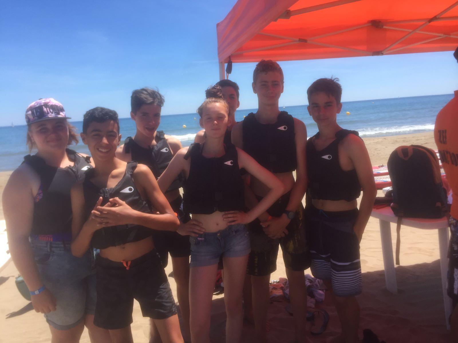 Groupe d'ados qui posent sur la plage en colonie de vacances