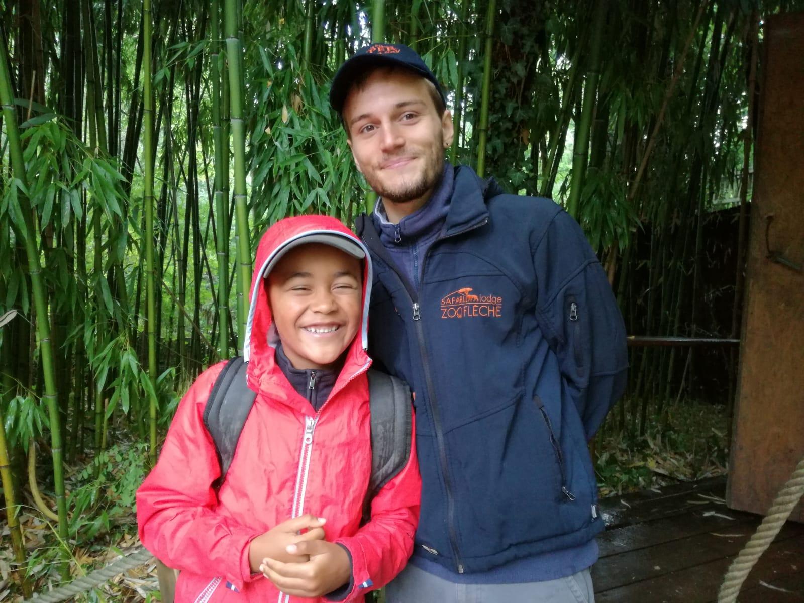Enfant qui pose avec le guide du zoo