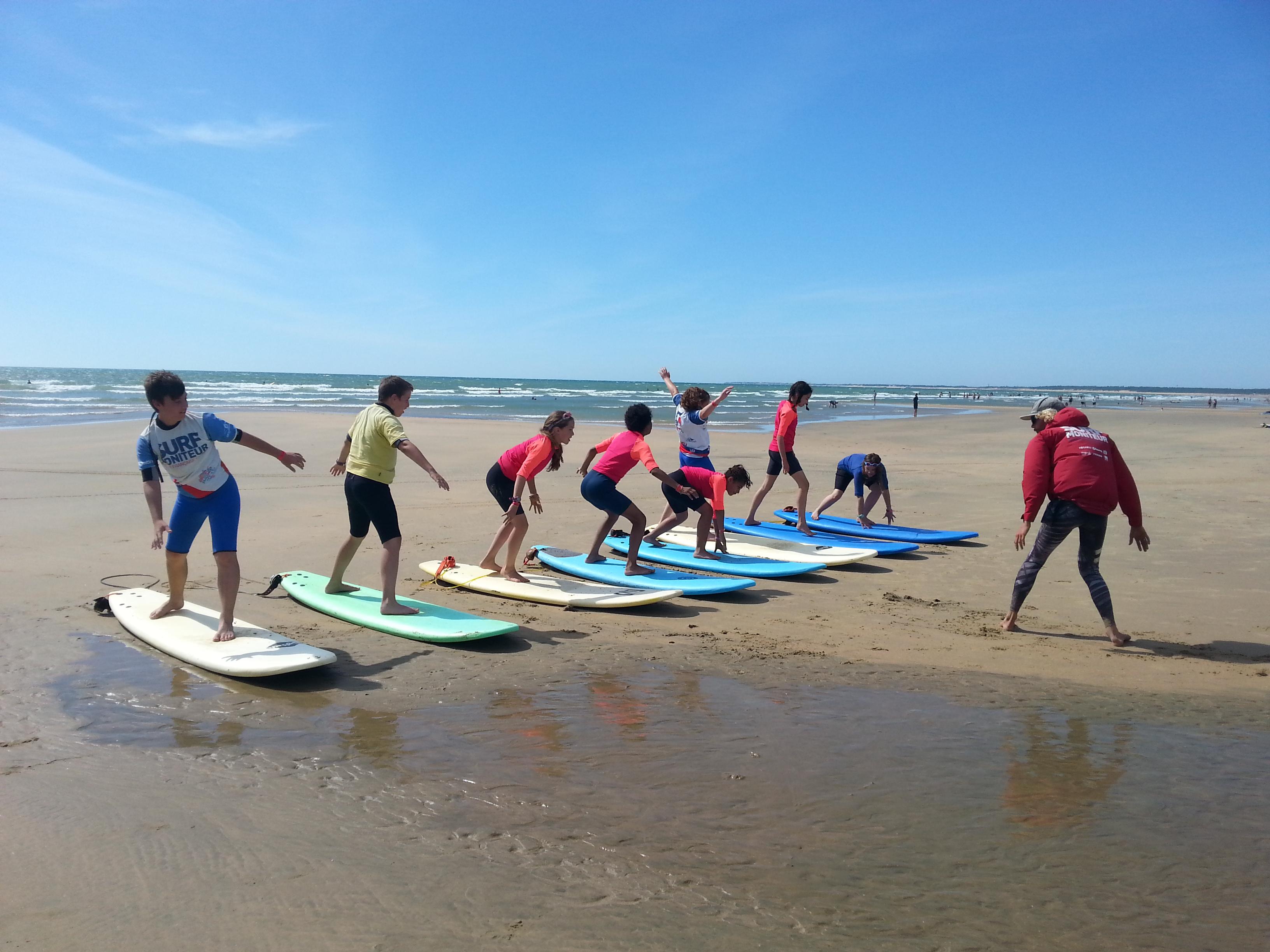 Enfant qui fait du surf en colo à l'atlantique