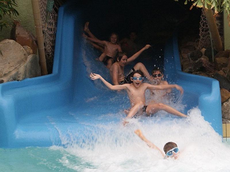 Enfants dans toboggan aquatique