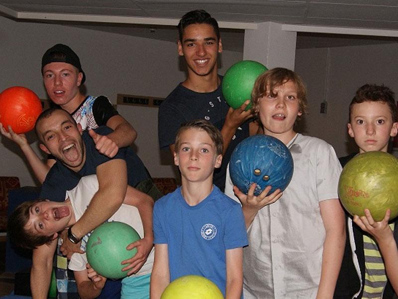 ado jouant au bowling en colo l'été
