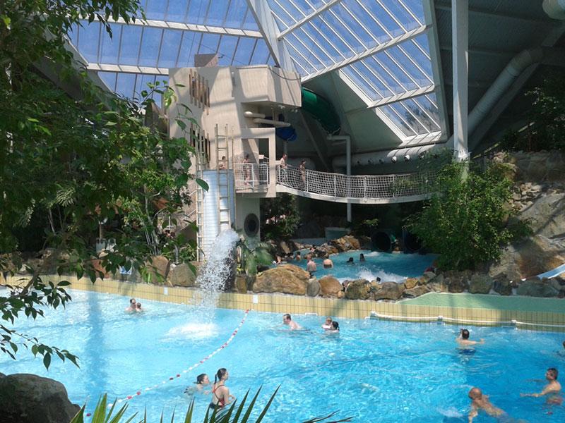 Grande piscine dans un parc aquatique de Belgique