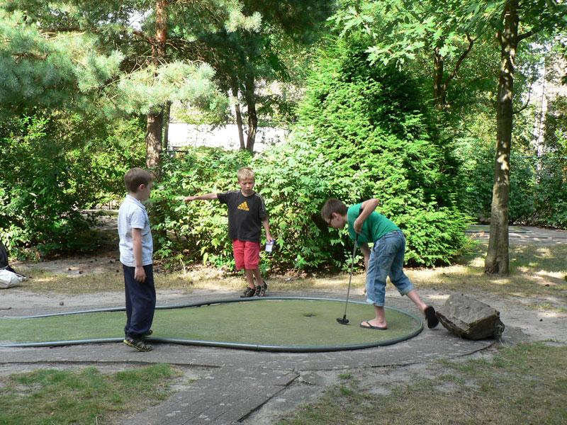 Enfants qui jouent au minigolf en colonie de vacances été