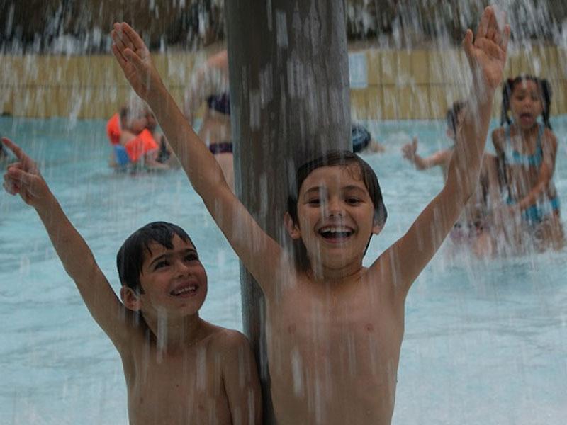 Deux enfants sous l'eau en colonie de vacances